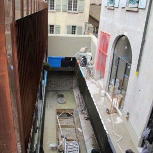 Plantation de bouleaux dans une cour intérieur en vieille-ville de Genève